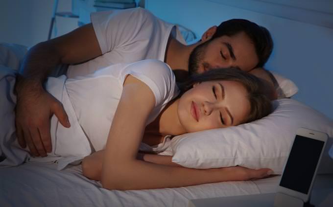 מבחן אישיות-איזה סוג של חולם אתה: זוג ישן במיטה ולצידם טלפון נייד