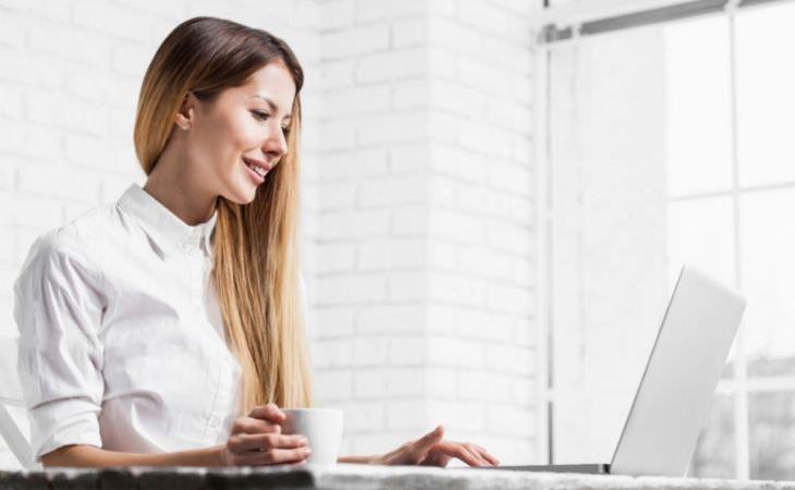 יתרונות שבוע של 4 ימי עבודה: אישה עובדת מול מחשב נייד