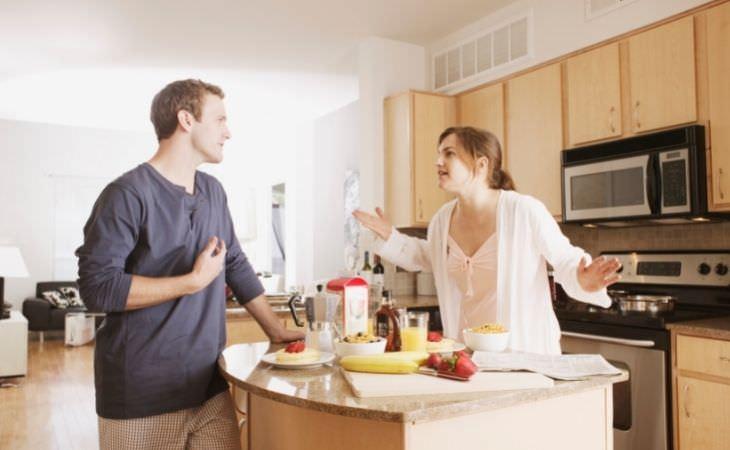 מה לעשות כשמתוסכלים בזוגיות: זוג מתווכח במטבח