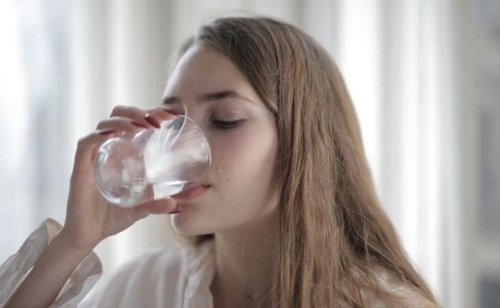 מיתוסים על מים: אישה שותה מים