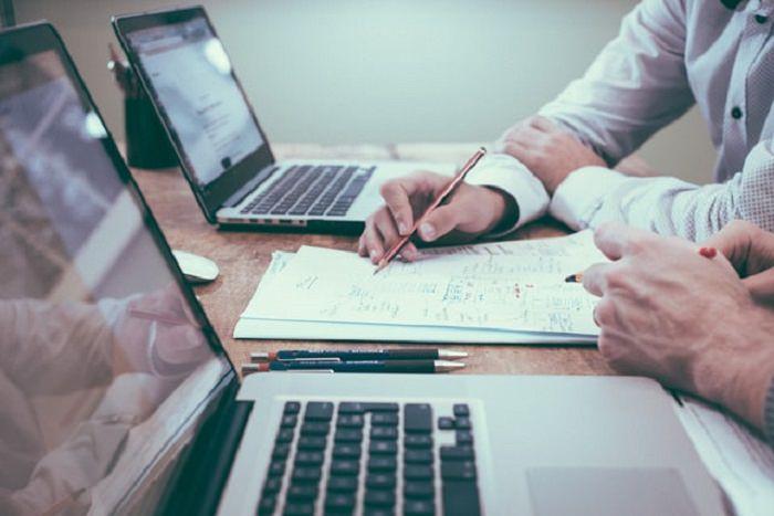 איך לחסוך כסף על ביטוח: עבודה על ניירת מול מחשבים