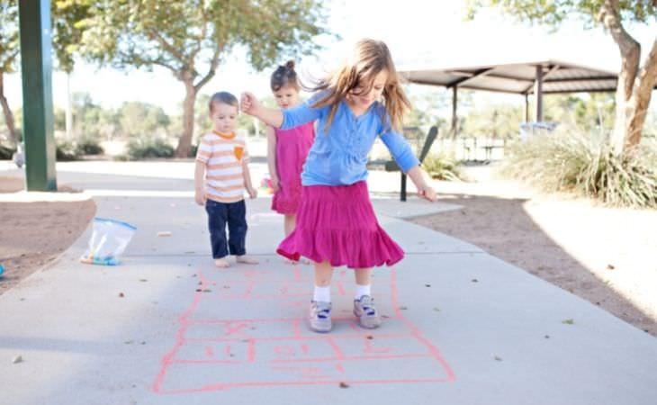 למה חשוב שילדים ישחקו לבד בחוץ: ילדים משחקים קלאס