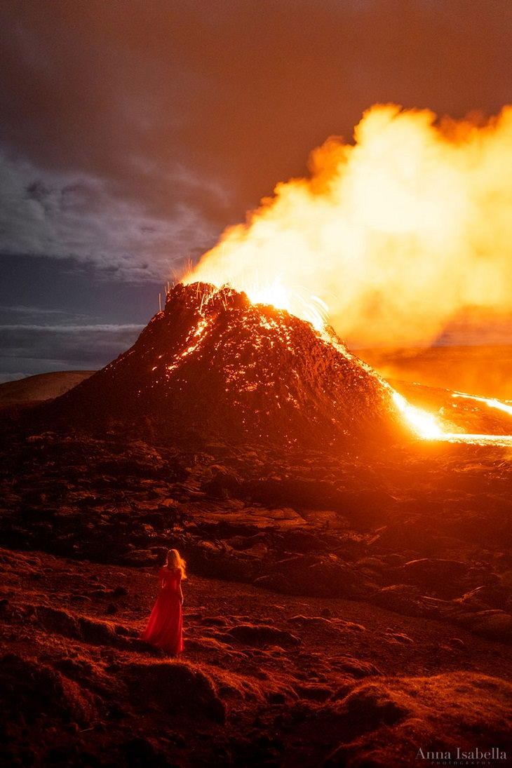צלמת שמצלמת עצמה על רקע נופים מדהימים: על רקע התפרצות הר געש