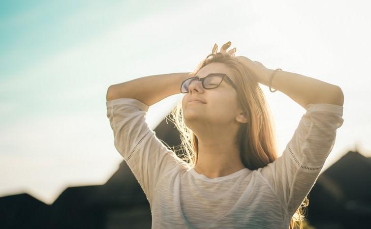 יתרונות של מלח אנגלי: אישה רגועה עם ידיים על הראש