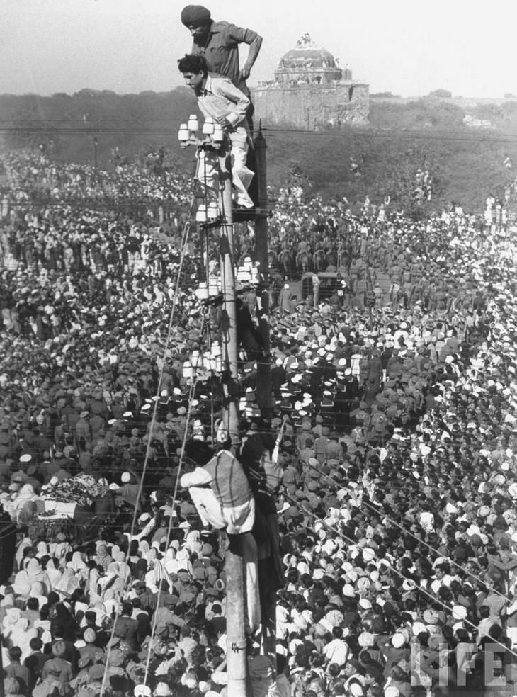 תמונות היסטוריות מרתקות: הקהל העצום שנאסף בהלוויתו של מהטמה גנדי בניו דלהי, הודו - 1948.