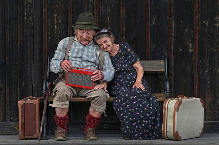 תמונות זוכות מתחרות הצילום של Cewe: זוג מבוגר מאזין לרדיו