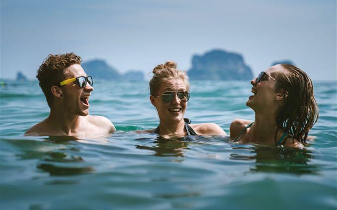 מבחן אישיות על פי אלפרד אדלר: שלושה חברים בבריכה