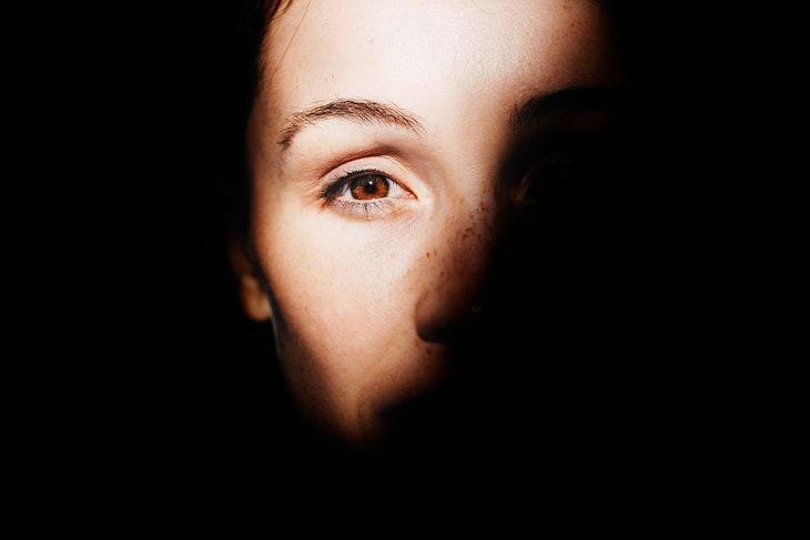 תסמינים מוקדמים של מיגרנה: פנים מוצלות של אישה
