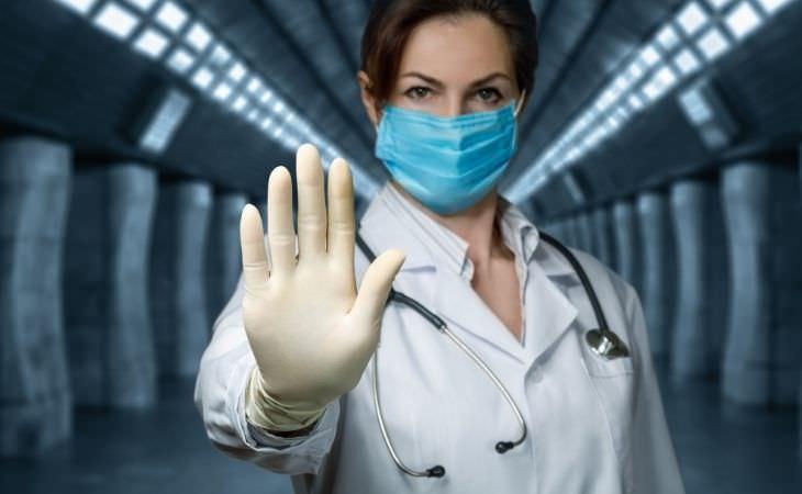 קדחת מרבורג הדימומית: רופאה מרימה יד לפניה