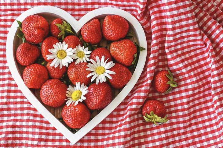 מחקר חדש על שיפור בריאות הלב: קערת לב עם תותים