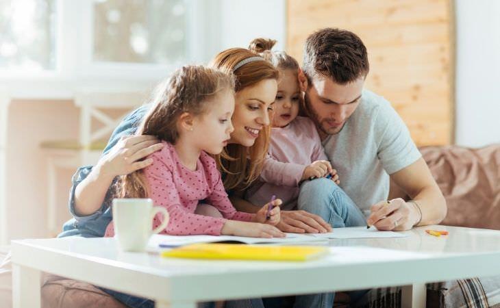 איך לגדל ילדים מוצלחים מבחינה פיננסית: הורים מציירים עם ילדיהם