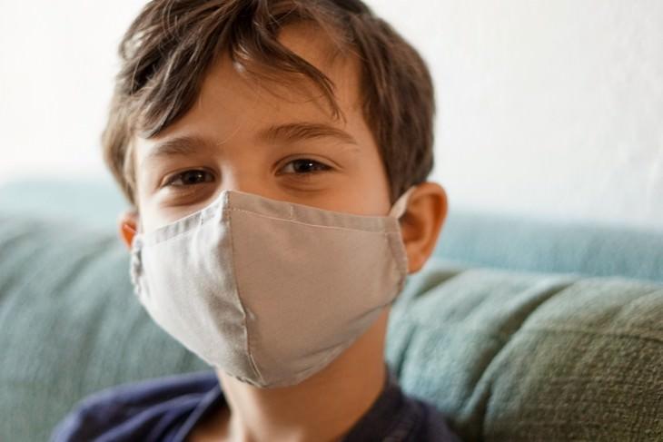 השפעת זן הדלתא על ילדים: ילד עם מסיכה