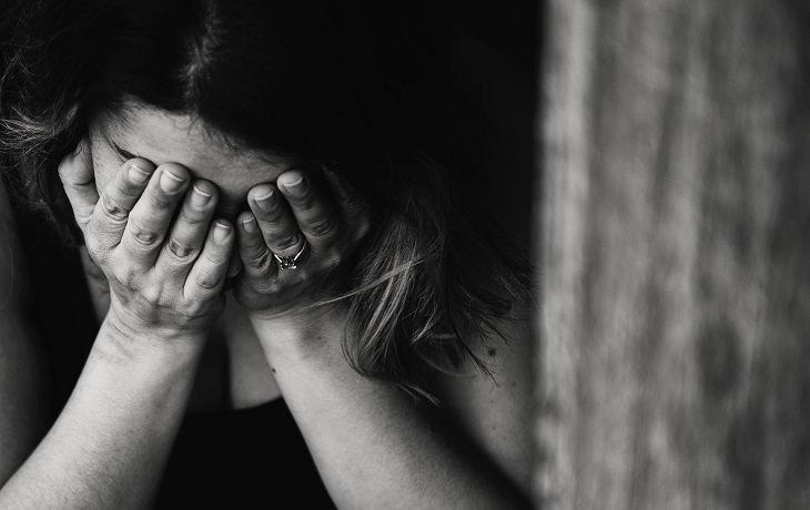 עיגול לטובה - יוזמה חברתית לעזרה לנשים: אישה עצובה