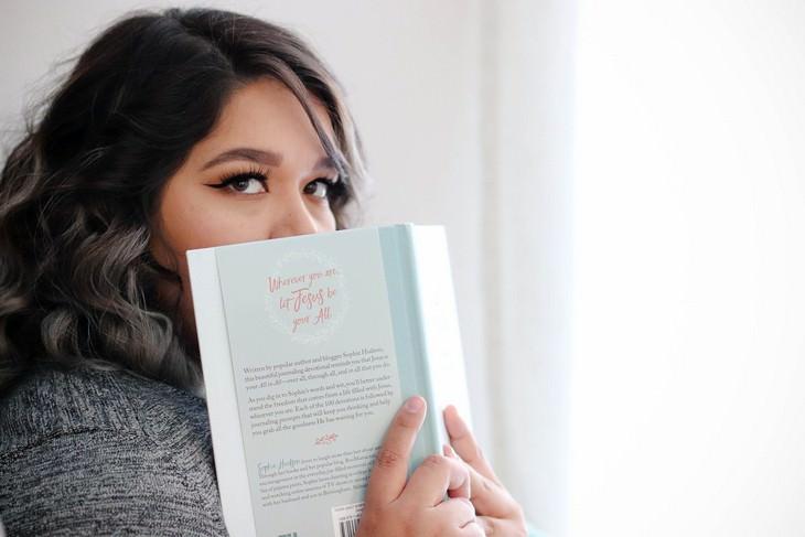 דרכים להתמודדות עם נרקיסיסט: אישה מסתכל מבעד לספר