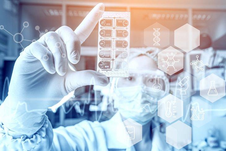 תביעת רשלנות רפואית: אישה מבצעת בדיקות מעבדה