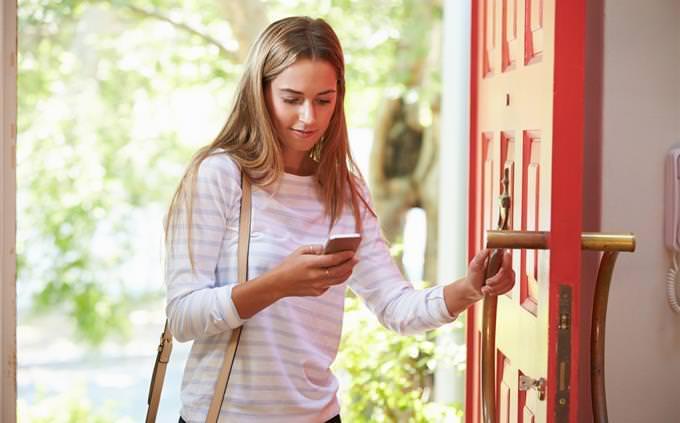 מבחן מערכת יחסים פנימית: אישה צעירה עם טלפון נייד