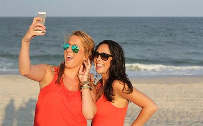 מבחן השלמת משפטים באנגלית: שתי צעירות מצטלמות על החוף