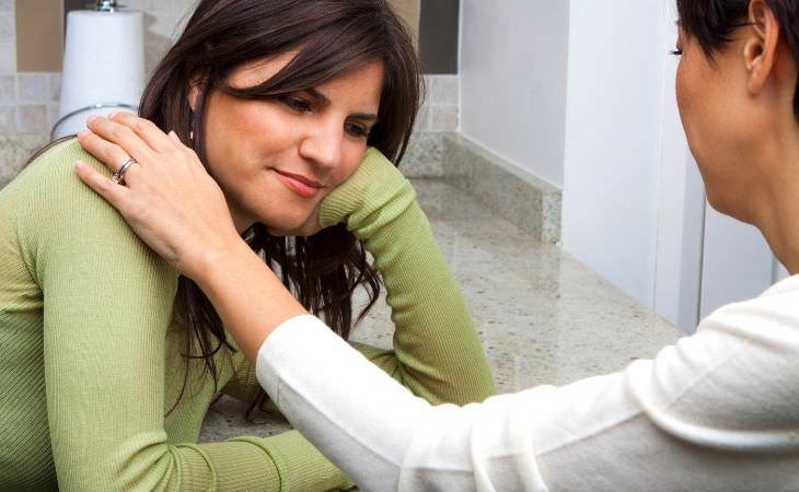 דעות שגויות בנוגע לזוגיות: אישה מנחמת אישה אחרת