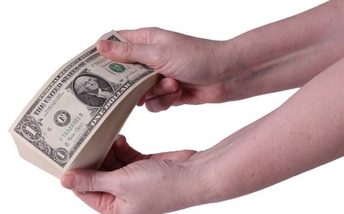 שאלון אישיות - איזה יזם אתה: אדם מחזיק בחבילת שטרות של דולרים