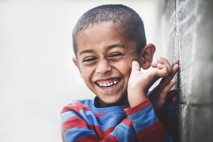 ילדים ונימוסים: ילד צוחק