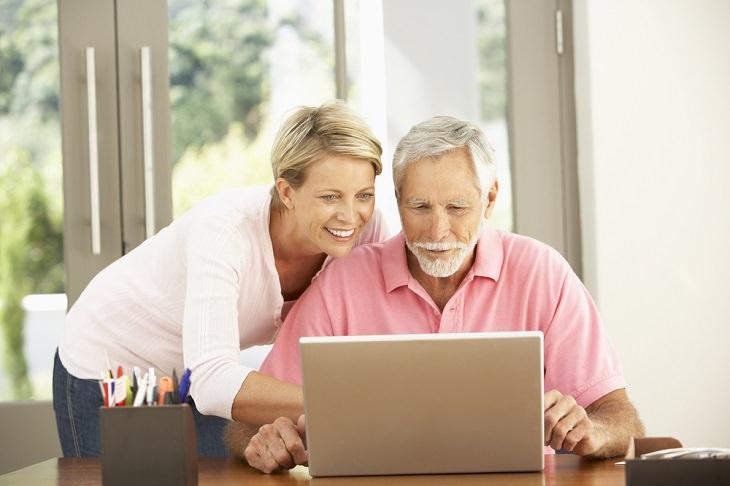 קליק לרווחה - ריכוז שירותי משרד הרווחה: זוג מבוגר מול מחשב