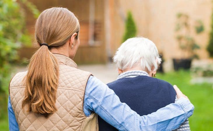 מאכילים שעשירים בפלבונואידים: אישה מחבקת אישה קשישה