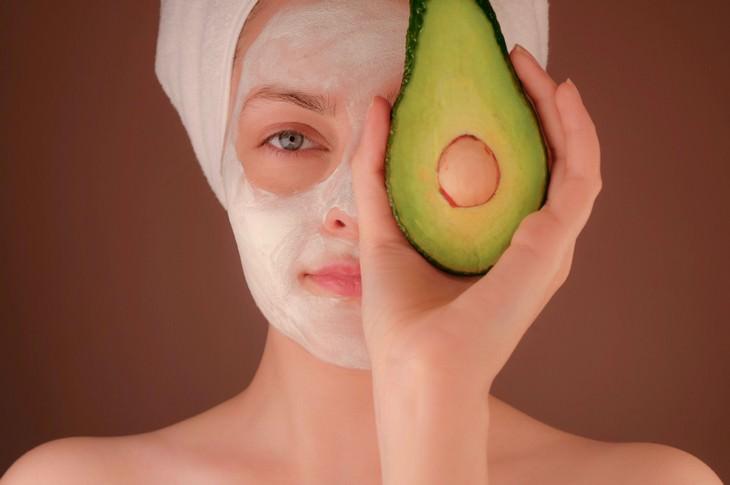 מזונות המכילים חומצה היאלורונית: אישה עם מסכת פנים ואבוקדו