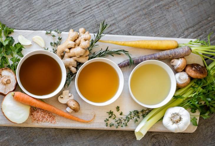 מזונות המכילים חומצה היאלורונית: ציר עצמות בקערות