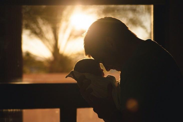 שחיקה בהורות: אבא מחזיק את בנו התינוק