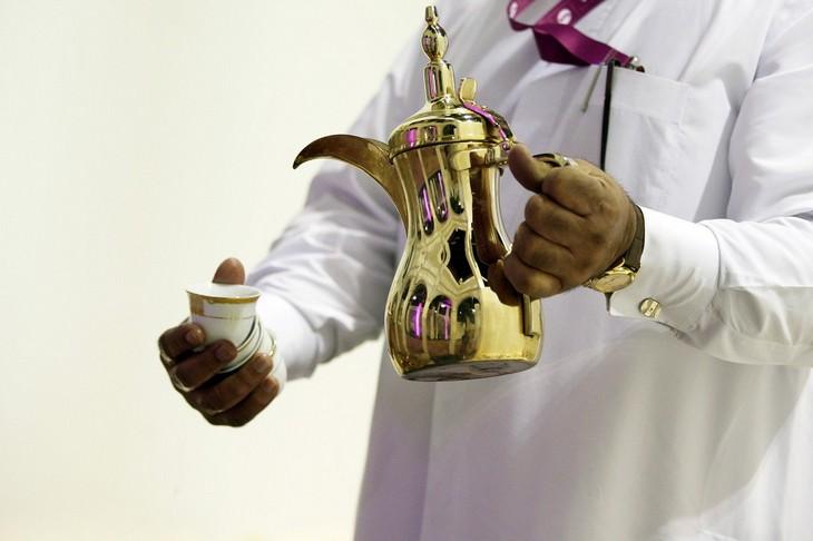 אירועים בחול המועד סוכות 2021: אדם מחזיק כלים להגשת קפה