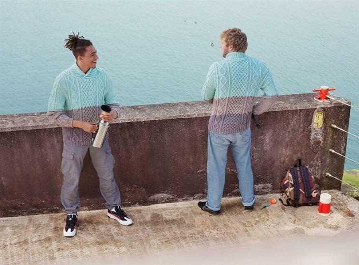 תחרות צילום אורבנית: שני גברים לבושים בבגדים שמשתלבים בצבע האלמנטים שסביבם