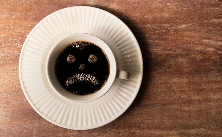 הקשר שבין קפה לדיכאון וחרדה: קפה ועליו פרצוף עצוב