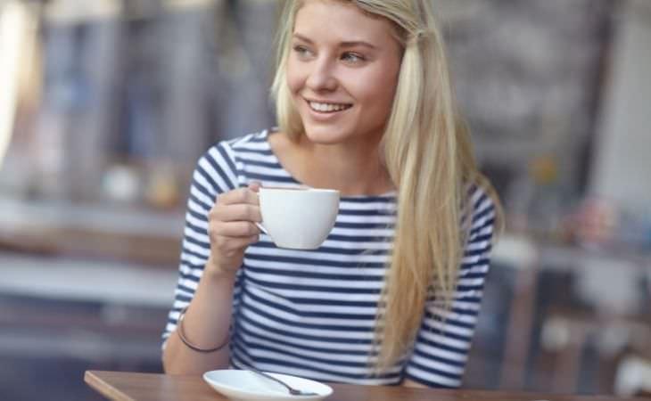 הקשר שבין קפה לדיכאון וחרדה: אישה שותה קפה