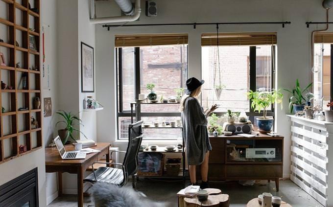 מבחן זיכרון: בחורה עומדת בדירה שלה