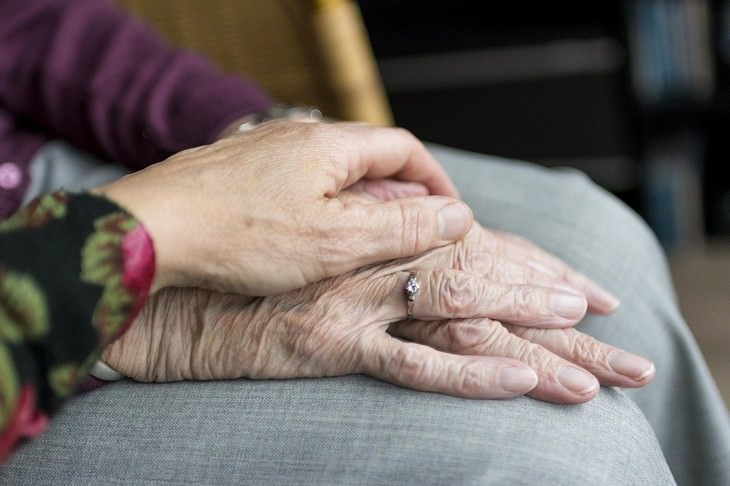 דעתון - תעלה הברכה מאת דוד אשל: ידיים של אנשים מבוגרים