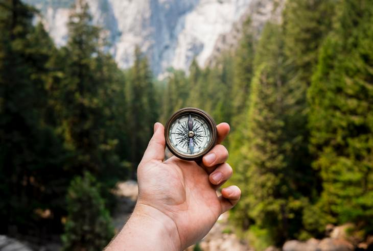 6 דרכים להגיע לגמישות פסיכולוגית: יד מחזיקה מצפן