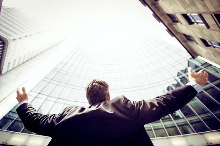 6 דרכים להגיע לגמישות פסיכולוגית: אדם מסתכל לשמים