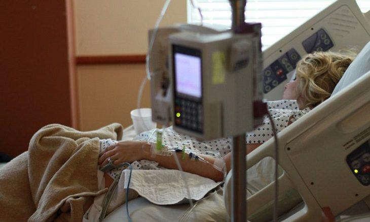 מתי משלמים על ביקור בחדר מיון ואמבולנס: אישה שוכבת על מיטת בית חולים