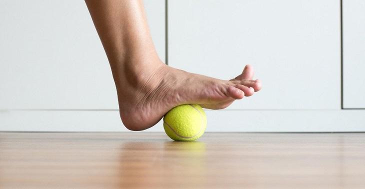 טיפולים לבוהן קלובה: תרגיל עם כדור טניס לכף הרגל