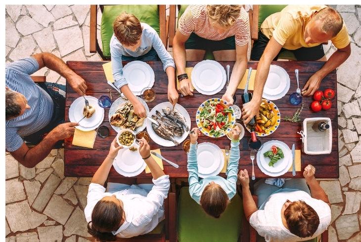 יתרונות ארוחות משפחתיות משותפות: משפחה סביב שולחן האוכל