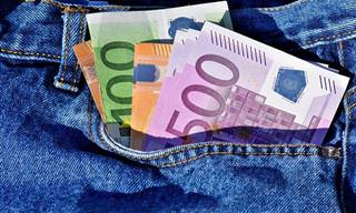"""במה כדאי להשתמש בחו""""ל - באשראי או במזומן?"""