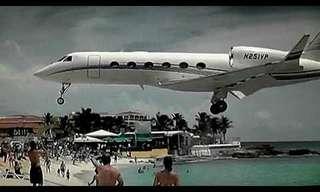 מטוסים נוחתים מעל ראשם של נופשים