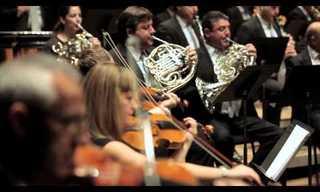 מופע רחוב מרגש של תזמורת בספרד