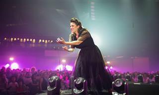 ביצוע מיוחד של 2,000 איש ואישה לשירה של ג'ניפר לופז, במטרה לקדם את המודעות לסכנות סרטן השד