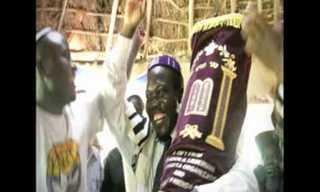 הכנסת ספר תורה לבית כנסת מקומי באוגנדה