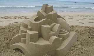 פיסול גיאומטרי בחול ים