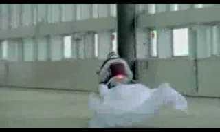 אופנוע מושך מפה מעל שולחן עמוס וכלום לא נופל - אדיר!!