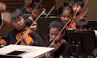 משחק ילדים: צפו בקונצרט של תזמורת פילהרמונית צעירה במיוחד!