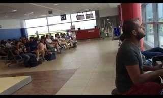 כישרון מוזיקלי נדיר בשדה התעופה של פראג