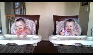 תינוקות תאומות רוקדות בתיאום - מתוק!